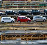 Caminhão de carga carrega carros novos em São Bernardo do Campo, São Paulo. A indústria de veículos do Brasil teve em maio a terceira queda consecutiva de produção na comparação anual, informou a Anfavea, associação que representa as montadoras, nesta quinta-feira. 29/04/2014 REUTERS/Paulo Whitaker