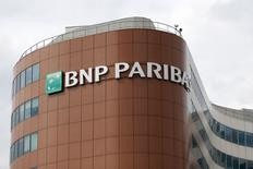 Le régulateur bancaire de New York demande le départ du directeur général délégué de BNP Paribas dans le cadre d'un réglement du contentieux aux Etats-Unis sur des soupçons d'infraction aux sanctions contre l'Iran et d'autres pays, a-t-on appris jeudi d'une source au fait du dossier. /Photo prise le 30 mai 2014/REUTERS/Charles Platiau