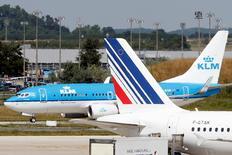 Air France-KLM annonce vendredi un trafic en hausse de 2,5% et un coefficient d'occupation en progression de 1,6 point (à 83,4%) dans son activité de transport de passagers en mai, tirée par les zones Caraïbes-Océan Indien et Afrique-Moyen Orient. /Photo d'archives/REUTERS/Charles Platiau