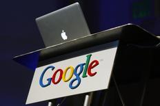 Las empresas con sede fuera de la Unión Europea deben cumplir las leyes de protección de datos europeas, acordaron el viernes sus ministros, aunque los gobiernos siguen divididos sobre cómo reforzarlas en empresas que operan a lo largo del bloque. En la imagen, un ordenador Apple en el campus de Google en  Mountain View, California, el 9 de febrero de 2010. REUTERS/Robert Galbraith