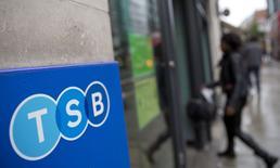 Lloyds Banking Group a annoncé qu'il vendrait le quart de sa participation dans TSB par le biais d'une introduction en Bourse de Londres mise à prix en deçà de la valeur comptable de sa filiale. En moyenne, cette IPO valorise l'entreprise à 1,3 milliard de livres (1,6 milliard d'euros), en deçà de sa valeur comptable, ou valeur d'actif net, de 1,6 milliard de livres (1,97 milliard d'euros).  /Photo prise le 27 mai 2014/REUTERS/Neil Hall