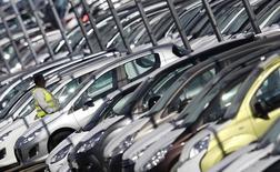 La légère reprise des immatriculations de voitures neuves enregistrée depuis le début de l'année ne s'effectue pas aux dépens des ventes de véhicules d'occasion tant les deux marchés sont aujourd'hui imbriqués, selon une étude Cetelem. /Photo d'archives/REUTERS/Vincent Kessler