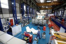En la imagen empleados de Soil Machine Dynamics trabajan en la construcción de una máquina para Nautilus Minerals en Wallsend, 14 de abril de 2014. La producción industrial británica creció en abril a su ritmo anual más acelerado en más de tres años, lo que demuestra que la expansión económica se sigue ampliando, mostraron el martes datos oficiales. REUTERS/ Nigel Roddis
