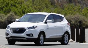 A Hyundai Tucson hydrogen fuel cell electric vehicle (FCEV) is driven during a photo op in Newport Beach, California June 9, 2014. REUTERS/Alex Gallardo