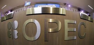 En la imagen, una mesa con el logo de la OPEP en Viena, el 7 de noviembre de 2013. La Organización de Países Exportadores de Petróleo (OPEP) acordó renovar para el segundo semestre del 2014 su meta de bombeo de crudo de 30 millones de barriles por día, dijo la ministra de Petróleo de Nigeria, Diezani Alison-Madueke, al final de la reunión del miércoles. REUTERS/Leonhard Foeger