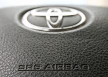 En la imagen, el logo de Toyota en el volante de un vehículo en una fotografía tomada el 11 de abril de 2013. Toyota Motor Corp llamará a revisión a cerca de 650.000 vehículos en Japón debido a unos airbags potencialmente defectuosos, lo que expande una costosa operación anunciada en el 2013 debido a que el proveedor, Takata Corp, no identificó completamente las partes con problemas, dijo el miércoles la automotriz. REUTERS/Heinz-Peter Bader/Files