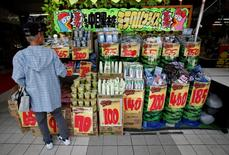 Un cliente observa artículos de compra afuera de la tienda central de Don Quijote's en Tokyo, 28 de mayo de 2014. Las grandes manufactureras de Japón se volvieron pesimistas sobre las condiciones de negocios en el período de abril a junio, pero esperan que las cosas mejoren entre julio y septiembre, en una señal de que las compañías ven una rápida recuperación del alza de impuestos del 1 de abril. REUTERS/Yuya Shino