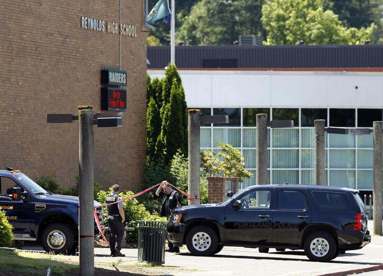Police officers enter the building after a shooting at Reynolds High School in Troutdale, Oregon June 10, 2014.  REUTERS/Steve Dipaola