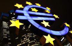 Un logo iluminado del euro es visto en la casa matriz del Banco Central Europeo en Fráncfort, 8 de enero de 2013. La producción industrial de la zona euro creció dos veces más que lo previsto en abril en una tasa intermensual gracias a la energía y la producción de bienes no duraderos, mostraron datos oficiales el jueves, lo que se suma a señales positivas de que la economía del bloque continúa expandiéndose. REUTERS/Kai Pfaffenbach