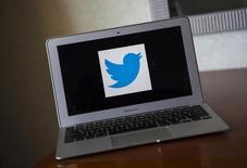 En la imagen, un logo de Twitter en un ordenador en California el 21 de diciembre de 2013.  Twitter estudia cambios en su cúpula directiva, incluida una posible modificación en las obligaciones del máximo responsable de operaciones, Ali Rowghani, informó el sitio de noticias de tecnología Re/code, citando fuentes familiarizadas con la situación. REUTERS/Eric Thayer/Files