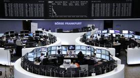 Les Bourses européennes accentuent leurs pertes à mi-séance, dans un contexte d'intensification des violences en Irak qui nourrit l'envolée des cours du pétrole. À Paris, le CAC 40 abandonne 0,77% à 4.519,41 points vers 10h40 GMT. À Francfort, le Dax cède 0,87% et à Londres, le FTSE recule d'1,01%. Les indices paneuropéens EuroStoxx 50 et Eurofirst 300 lâchent respectivement 0,66% et 0,61%. /Photo prise le 13 juin 2014/REUTERS/Remote