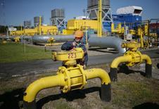 L'Ukraine s'est déclarée prête vendredi à payer le gaz naturel qu'elle importe de Russie à un tarif de 326 dollars les mille mètres cubes, pour une période transitoire de dix-huit mois pendant laquelle des négociations se poursuivraient afin de régler le contentieux tarifaire entre les deux pays. /Photo prise le 21 mai 2014/REUTERS/Gleb Garanich