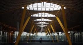 L'aéroport de Madrid Barajas. L'État espagnol va céder jusqu'à 49% du capital de l'exploitant d'aéroports Aena, a déclaré vendredi la ministre de l'Equipement, Ana Pasto. /Photo d'archives/REUTERS/Sergio Perez