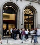 Un grupo de estudiantes alemanes parados frente al BM&FBOVESPA en un mercado en Sao Paulo, 10 de agosto de 2011. El principal índice de acciones de Brasil iniciaba la sesión del viernes a la baja, luego de cuatro avances seguidos y tras el cierre en territorio negativo del jueves en Wall Street, cuando la bolsa de Sao Paulo estuvo cerrada por el inicio del Mundial. REUTERS/Paulo Whitaker