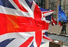 """Standard & Poor's a annoncé vendredi avoir relevé de """"négative"""" à """"stable"""" la perspective de la note souveraine AAA du Royaume-Uni.  /Photo d'archives/REUTERS/Yves Herman"""