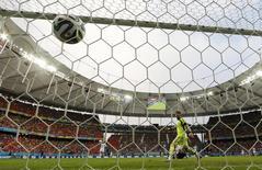 Robin van Persie marca gol de cabeça na vitória da Holanda sobre a Espanha em Salvador. 13/06/2014 REUTERS/Michael Dalder