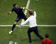 Jogador holandês Robin van Persie celebra gol com técnico Louis van Gaal em partida contra Espanha na Arena Fonte Nova, em Salvador. 13/6/2014 REUTERS/Fabrizio Bensch