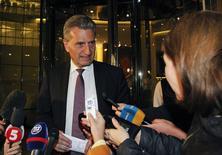 El Comisario Europeo de Energía, Günther Oettinger, habla con periodistas después de las negociaciones con miembros de las delegaciones de Rusia y Ucrania en Kiev. 14 junio, 2014. Delegaciones de Ucrania y Rusia no lograron un acuerdo sobre el precio del gas el sábado, pero acordaron reunirse nuevamente el domingo, un día antes del plazo establecido por Moscú para que Kiev pague una deuda de 1.950 millones de dólares o enfrente la suspensión del suministro del hidrocarburo. REUTERS/Valentyn Ogirenko