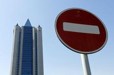 Дорожный знак на фоне офиса Газпрома в Москве 3 июня 2014 года. Российский Газпром, в понедельник утром объявивший о переводе поставок газа Украине в режим предоплаты, начал ограничивать подачу топлива с 10.00 МСК, сказал Рейтер источник в Газпроме. REUTERS/Maxim Shemetov
