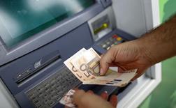 Les valeurs bancaires sont orientées à la baisse à la mi-journée, après qu'Ewald Nowotny, membre du Conseil des gouverneurs de la BCE, a déclaré que les tests de résistance que les banques européennes devront passer cette année pourraient peut-être se révéler trop durs. Vers 12h50, dans un marché parisien cédant 0,47%, Crédit agricole recule de 1,58% et Société générale de 1,1%. /Photo d'archives/REUTERS/Max Rossi