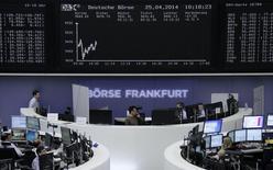 La curva del DAX en una pantalla en la bolsa de valores de Fráncfort, 25 de abril de 2014.  Las bolsas europeas caían el lunes en las primeras operaciones, continuando la corrección de la semana pasada en momentos en que la violencia en Irak lleva a los inversores a recoger ganancias tras las recientes subidas en la renta variable.      REUTERS/Remote/Stringer