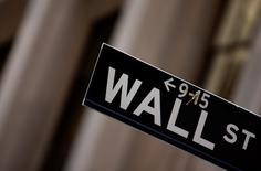 Wall Street a ouvert dans le rouge lundi, les combats en Irak et les tensions entre la Russie et l'Ukraine pénalisant les marchés d'actions, malgré la publication d'indicateurs américains supérieurs aux attentes. Quelques minutes après l'ouverture, le Dow Jones recule de 0,1%, le Standard & Poor's 500 de 0,06% et le Nasdaq Composite de 0,1%. /Photo d'archives/REUTERS/Eric Thayer