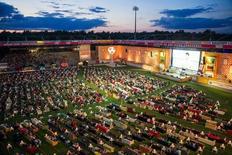 Moradores de Berlim levam sofás para assistir à Copa em sala de estar gigante. 12/06/2014  REUTERS/Thomas Peter