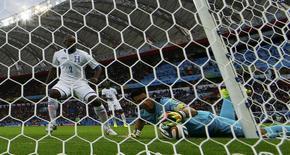 Goleiro de Honduras tenta salvar gol contra em jogo diante da França. 15/06/2014 REUTERS/Damir Sagolj
