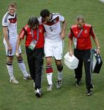 Zagueiro alemão Mats Hummels deixa partida contra Portugal lesionado. REUTERS/Fabrizio Bensch