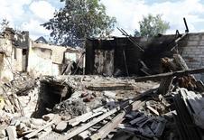 Дом, разрушенный в ходе боев в Славянске на востоке Украины 16 июня 2014 года. REUTERS/Shamil Zhumatov