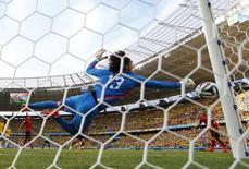Goleiro mexicano Guillermo Ochoa faz defesa em partida contra o Brasil na Arena Castelão, em Fortaleza. 17/6/2014 REUTERS/Kai Pfaffenbach