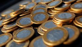 Un real brasileño es visto en una ilustración tomada en Rio de Janeiro, 15 de octubre de 2010. La moneda de Brasil cotizaba cerca de un nivel estable en los primeros negocios del miércoles, mientras el mercado aguardaba para la tarde la decisión de política monetaria de la Reserva Federal estadounidense.  REUTERS/Bruno Domingos