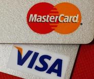 Карты MasterCard и VISA в Гонконге, 8 декабря 2010 года. Российские власти обещают значительно снизить обеспечительные взносы для крупнейших в мире платежных систем Visa и MasterCard, которые задумались о сворачивании бизнеса в стране из-за ужесточения условий работы для них в ответ на санкции Запада против Москвы. REUTERS/Bobby Yip