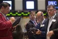 En la imagen, operadores en la Bolsa de Nueva York el 13 de junio de 2014. Los mercados prevén pocos cambios en el panorama de la Reserva Federal de Estados Unidos sobre sus tasas de interés tras el fin de la reunión de comité de política monetaria el miércoles por la tarde, pero podrían surgir nuevos detalles sobre una salida planeada de su actual alivio monetario. REUTERS/Brendan McDermid