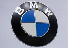 Логотип BMW на автосалоне в Нью-Йорке, 16 апреля 2014 года. Немецкий производитель автомобилей BMW планирует новый этап сокращения расходов с целью экономить ежегодно от 3 до 4 миллиардов евро, сообщил в среду немецкий журнал Manager Magazin со ссылкой на источники в компании. REUTERS/Carlo Allegri