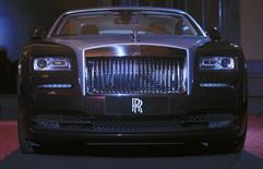 Un auto Rolls-Royce es mostrado durante la inaguración de una distribuidora oficial en Phnom Penh, 9 de junio de 2014. Las acciones de Rolls-Royce subían un 7 por ciento el jueves después de que el fabricante británico de motores aeronáuticos decidió recomprar acciones por un valor total de 1.000 millones de libras (1.690 millones de dólares) en lugar de hacer adquisiciones importantes. REUTERS/Samrang Pring