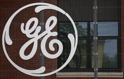El logo del conglomerado de General Electric en Belfort, 27 de abril de 2014. General Electric propondrá la venta de su negocio de señalización ferroviaria al brazo de transporte de Alstom y mantener a Alstom como accionista en su negocio de redes eléctricas en una oferta mejorada por los activos energéticos de la firma francesa, dijo el jueves el diario francés Le Figaro. REUTERS/Vincent Kessler/Files