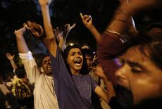Musulmanes chiítas gritan frases religiosas mientras toman parte de una protesta contra el conflicto en Irak, en Nueva Deli, 18 de junio de 2014. El petróleo Brent tocaba máximos de nueve meses de casi 115 dólares por barril el jueves, en medio de preocupaciones de que fuertes enfrentamientos en Irak puedan limitar los suministros del crudo en el segundo productor más grande de la OPEP. REUTERS/Adnan Abidi