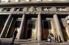 """En la imagen, el Ministerio de Economía en Buenos Aires el 18 de junio de 2014. El Gobierno de Argentina dijo el jueves que """"no hay misión ni comitiva para viajar a Estados Unidos"""" a fin de discutir el tema judicial con los acreedores que no aceptaron anteriores reestructuraciones de deuda del país sudamericano. REUTERS/Enrique Marcarian"""
