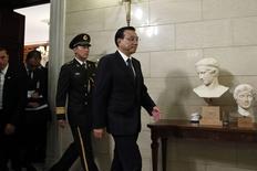Li Keqiang arriba por una reunión de noticias con Greel PM Samaras en Atenas, 19 de junio de 2014. El primer ministro de China, Li Keqiang, reiteró el jueves el objetivo del 3,5 por ciento para el aumento de precios al consumidor este año en la segunda mayor economía del mundo, y confirmó la meta de expansión del PIB en 7,5 por ciento en 2014. REUTERS/Alkis Konstantinidi