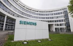 L'allemand Siemens et le japonais Mitsubishi Heavy Industries (MHI) ont à leur tour amélioré leur offre sur Alstom, MHI proposant d'augmenter de 800 millions d'euros la partie en numéraire de sa proposition, indiquent jeudi soir deux responsables syndicaux et une source proche du gouvernement. /Photo d'archives/REUTERS/Lukas Barth