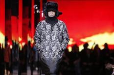 Le groupe américain de capital-investissement Carlyle a vendu la totalité de sa participation de 7,13% dans Moncler pour 215 millions d'euros, six mois après l'entrée en Bourse de la marque de mode à Milan. /Photo prise le 5 mars 2014/REUTERS/Gonzalo Fuentes