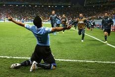 Jogador uruguaio Luis Suárez comemora segundo gol contra Inglaterra, na Arena Corinthians, em São Paulo. REUTERS/Tony Gentile