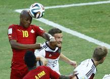 Jogadores de Gana e Alemanha disputam a  bola durante partida em Fortaleza. 21/06/2014. REUTERS/Mike Blake