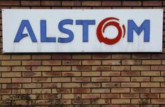 Les négociations doivent se poursuivre dimanche entre l'Etat et Bouygues et pourraient aboutir dans la journée à un accord sur le rachat de 20% des actions d'Alstom dans le cadre de la reprise d'une partie de la branche énergie du groupe par l'américain General Electric. /Photo prise le 21 janvier 2014/REUTERS/Vincent Kessler