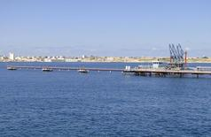 Una vista general del puerto petrolero libio de Hariga,  ubicado a unos 1300 km al este de Trípoli. 27 de febrero 2014. REUTERS/Stringer El puerto petrolero Hariga, ubicado en el este de Libia, reanudó sus operaciones y recibió el primer tanquero de petróleo, dijo el domingo un portavoz de la estatal National Oil Corp (NOC), después de que el Gobierno pagó los salarios de guardias de seguridad públicos en la terminal.