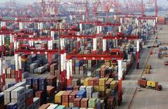 Imagen de archivo de una vista panorámica del puerto de Qingdao, China, Junio 8, 2014. Sacudidos por una investigación por presunto fraude en el financiamiento de metales en el séptimo puerto con mayor actividad del mundo, bancos y otros organismo se han dado cuenta dolorosamente de los riesgos que enfrentan almacenando materias primas en el extenso sector de depósitos en China. REUTERS/China Stringer Network/Files.  Foto para ser publicada fuera de China