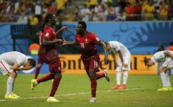 Portugal's Varela (C) celebrates with his teammate Eder after scoring a goal against the U.S. during their 2014 World Cup Group G soccer match at the Amazonia arena in Manaus June 22, 2014.     REUTERS/Jorge Silva