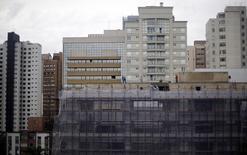Os elevados estoques de imóveis residenciais novos estão contaminando o mercado de usados, um novo cenário de competição em meio ao crescimento lento da economia no Brasil. 18/06/2014 REUTERS/Amr Abdallah Dalsh