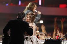 Judges Harry Connick Jr. and Jennifer Lopez talk as Caleb Johnson performs after winning the American Idol XIII 2014 Finale in Los Angeles, California May 21, 2014.   REUTERS/Mario Anzuoni